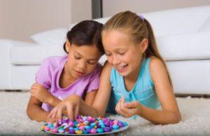 r-78630469-bambina-caramelle