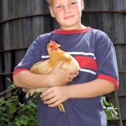bambino con gallina