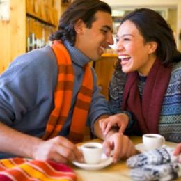 coppia che ride con caffè