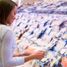donna compra pesce