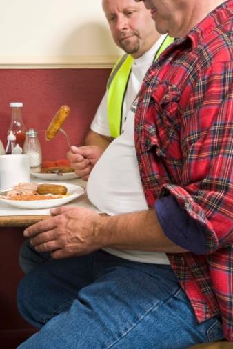uomini sovrappeso ristorante mangiare