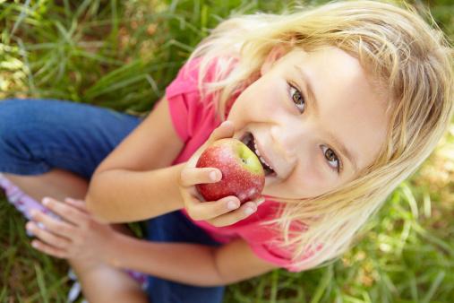 bambini mangiare frutta merendine