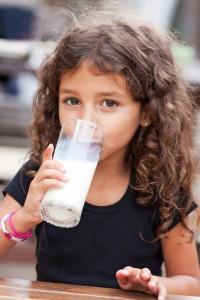 bambina bere latte