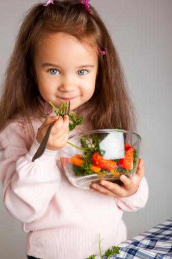 bambina mangiare verdura