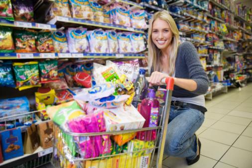 ragazza supermercato spesa