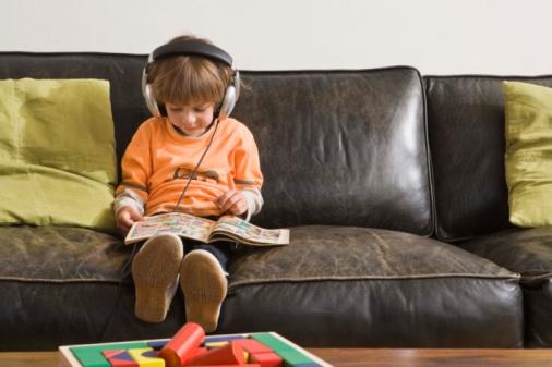 bambino leggere pubblicità