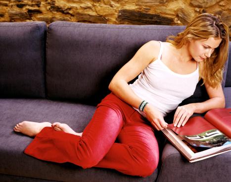 donna leggere pubblicità