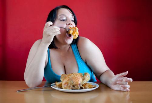 donna sovrappeso obesità mangiare dieta 121270928