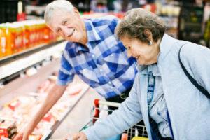 supermercato coppia anziani 156893954