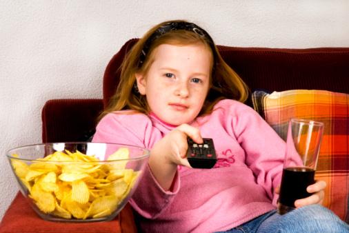 youth from today bambina cibo spazzatura televisione tv