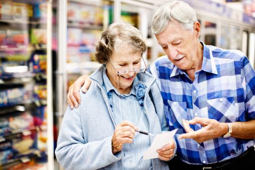 spesa supermercato anziani 156896407