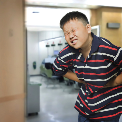 male pancia bambini dolore 173656588
