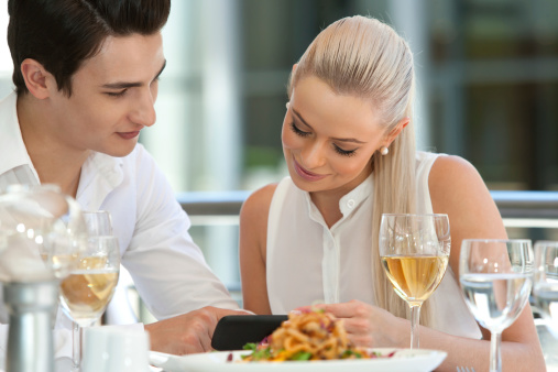 ristorante cellulare smartphone 177829863