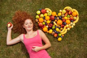 frutta verdura donna cuore 153905914