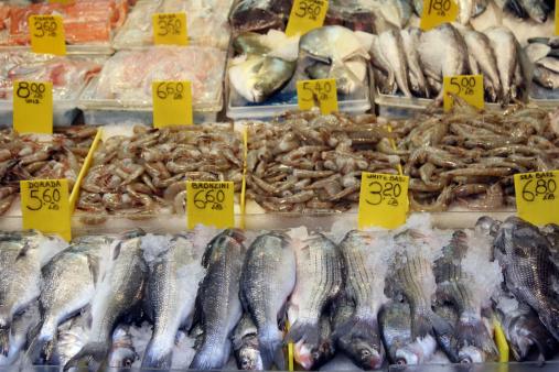 pescheria pesce 154005121