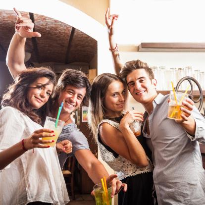 alcolici calorie degli alcolici ragazzi bar festa