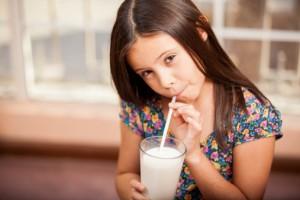 bambina latte crudo 184801424