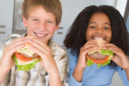 bambini fast food hamburger 177550820