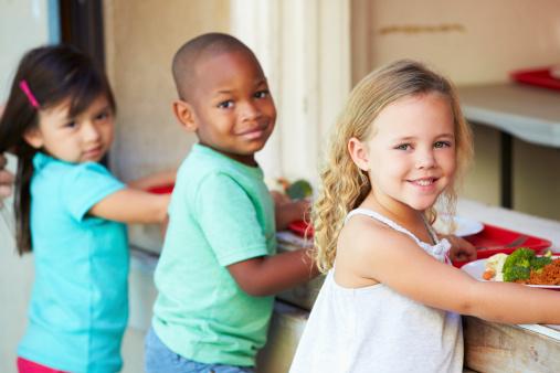 bambini scuola mensa 178095373