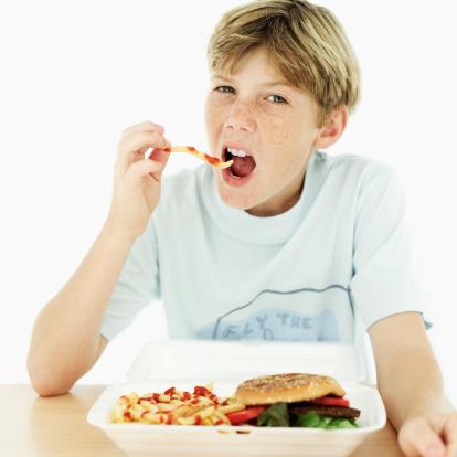 bambini scuola mensa junk food 57300356