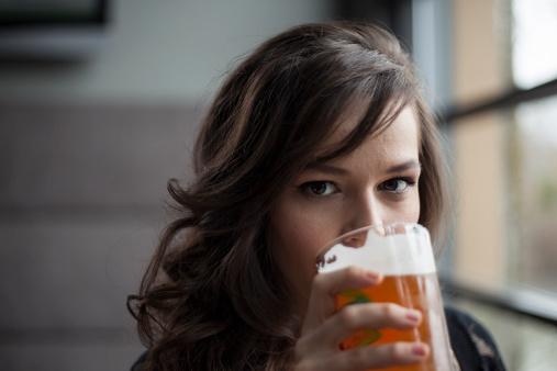 birra bere donna alcolici 178499816
