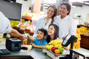 supermercato snack alle casse bambini 184765038