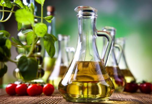 caraffa olio extravergine di oliva pomodori foglie