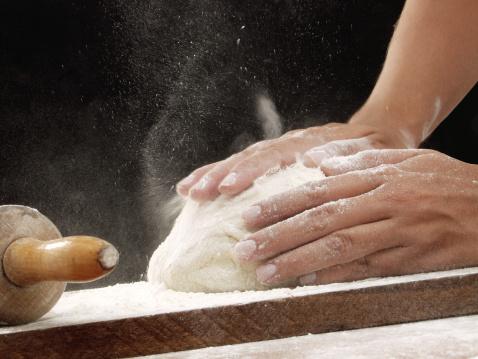 Pane e sale impastare panettiere fornaio farina 134432656