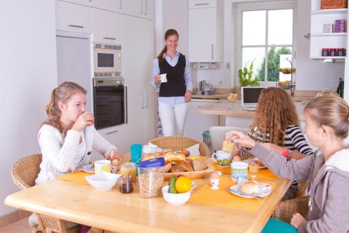 saltare la colazione famiglia 173298951