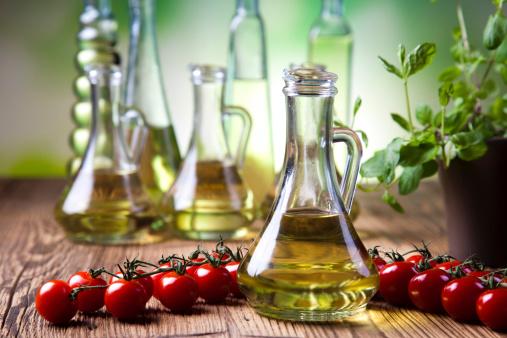olio extra vergine  di oliva 466679565
