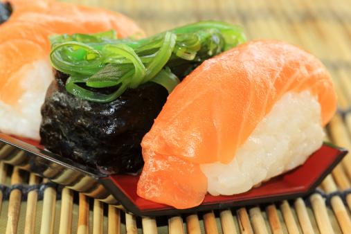 pesce crudo giapponese sushi 468130581