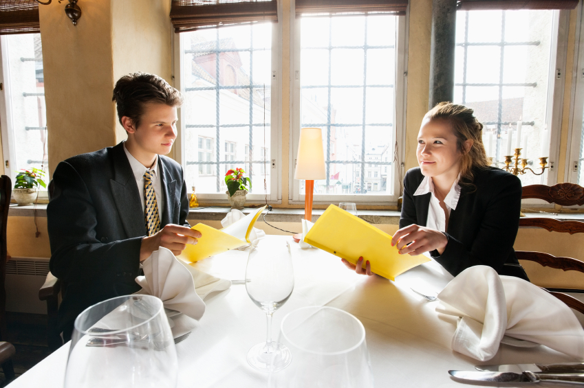 ristorante Young business couple with menus at restaurant table