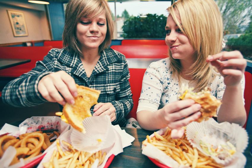 junk food ragazze patate fritte cibo spazzatura