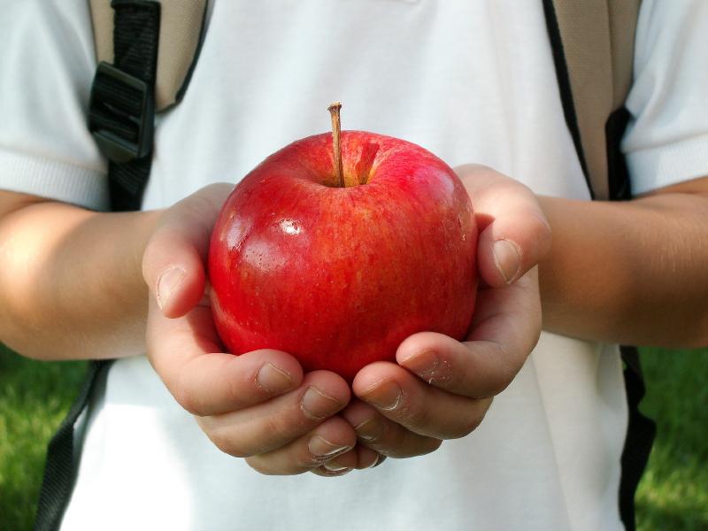 bambino mela merenda