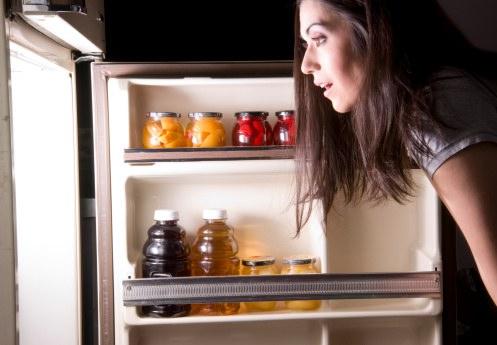 frigorifero solidale r-137592438-frigo-donna