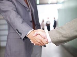 handshake multinazionali stretta di mano