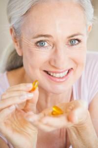 Woman Taking Pills olio di pesce