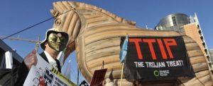 """Bruxelles, innalzato un grande """"cavallo di Troia"""" di fronte alla sede UE"""