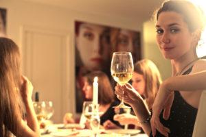 home restaurant cena bicchiere vino Girls enjoying a cheers together