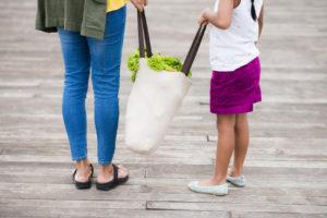 In tanti preferiscono le shopper riutilizzabili ai sacchetti monouso perché sono più convenienti e resistenti