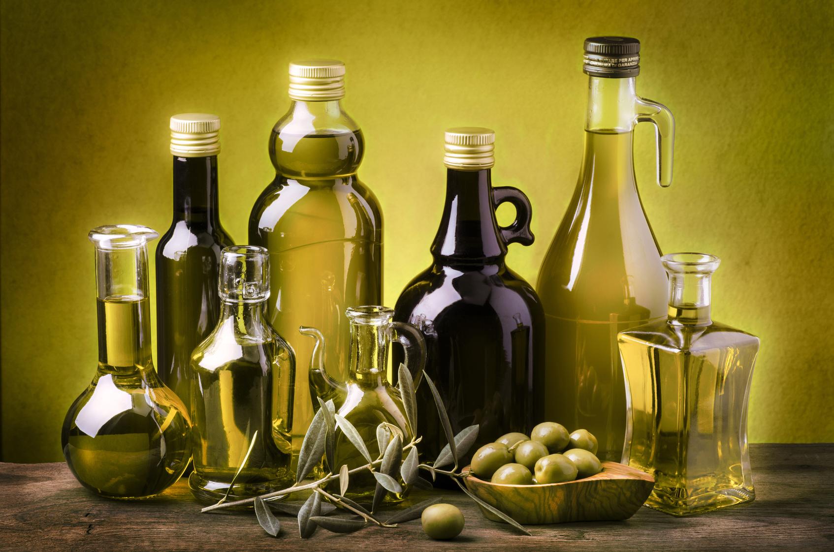 insieme di bottiglie con olio extra vergine di oliva