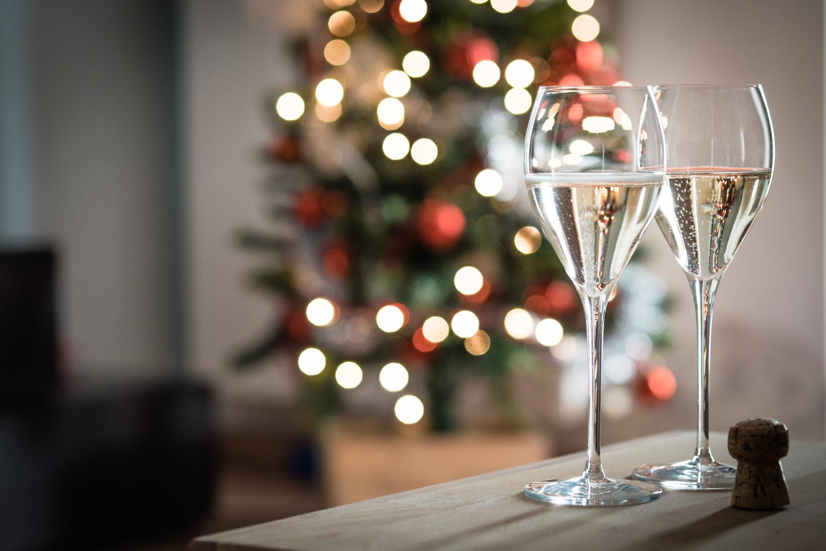 Bicchieri di spumante per un brindisi di Natale