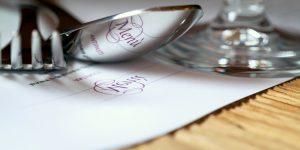 In caso di mancato pagamento il ristoratore non può trattenere il cliente né chiedere i documenti. Può solo chiamare le autorità